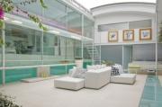 Sala-de-Estar-em-Casa-de-Vidro-por-Paxton-Locher3-592x392