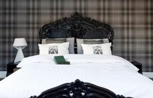 decoracao de quarto de casal com papel de parede xadrez